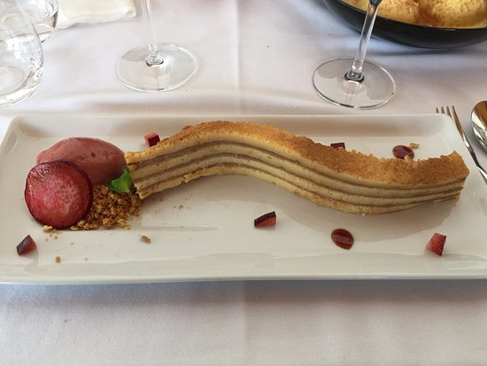 Alenquer, Portugal: trabalho de criatividade, com bolo em folhas, gelado e com uma rodela de ameixa.