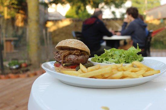 Burger de La renverse - Steak boucher, comotée d'oignon, conté...