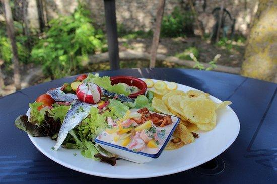 La Renverse: Salade du pêcheur - fruits de mer et poisson selon arrivage sur pommes de terre chaude