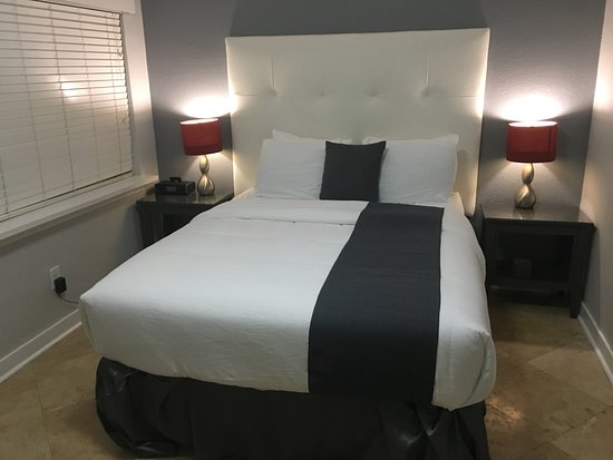 Suites on South Beach Miami: Comfy bed but noisy!