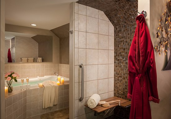 Saint Johnsbury, VT: Turnabout Luxury Room offers large bath with spa tub and separate shower