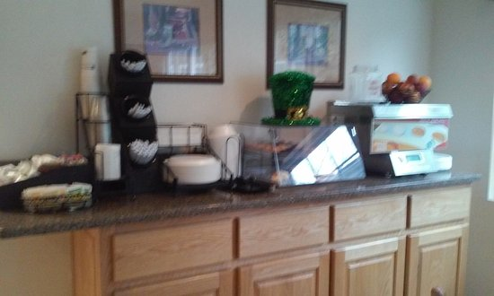 East Ellijay, GA: Sorry it's so blurry, but this is the mini muffins/pastries and pancake machine.
