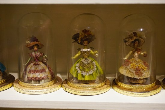 The Mini Time Machine Museum of Miniatures: The head of these dolls is a grain of wheat.