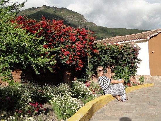 Sonesta Posadas del Inca Yucay: Estacionamento, flores e mais flores