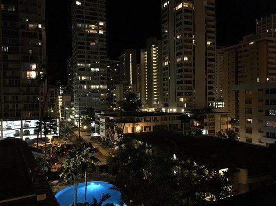 Waikiki Sand Villa Hotel: Balcony view at night