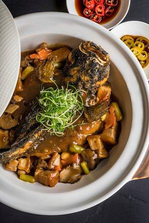 Four Seasons Hotel Singapore : Jiang-Nan Chun Deep-fried Soon Hock fish in Claypot Pork Belly