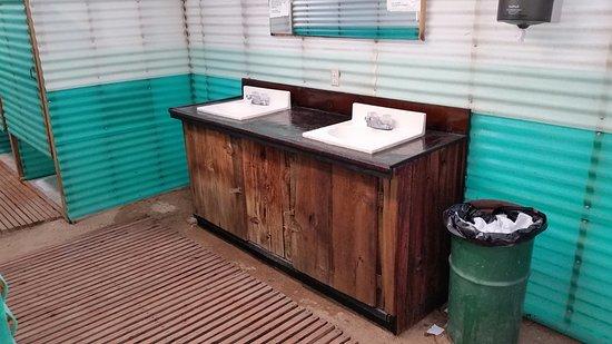 Nipton, Калифорния: Interior of bathhouse.