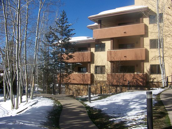 Canyon Creek Condominiums: The grounds were clean and built around the pines and aspens.