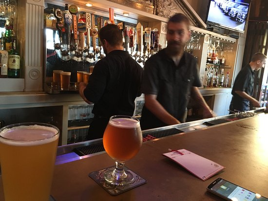 Bellflower, CA: Great bar staff young Kyle