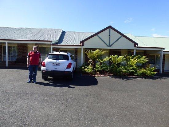 Arthur Phillip Motor Inn: Car parking right outside our room