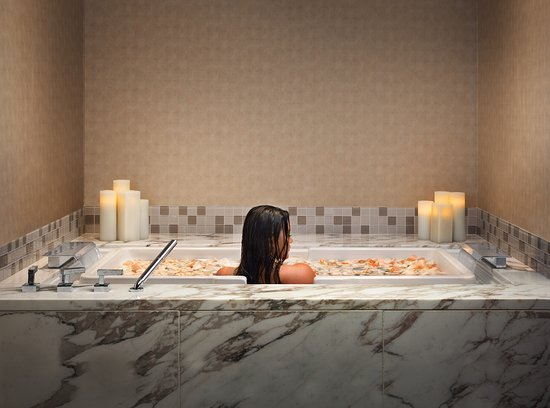 Four Seasons Hotel Seattle: Jacuzzi Tub at The Spa