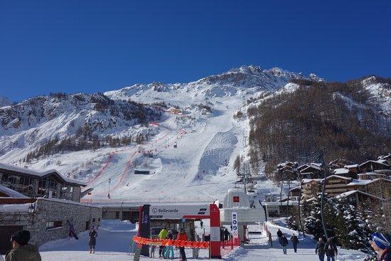 Hotel Le Blizzard: ランドマーク滑降コースのFACEが正面です。