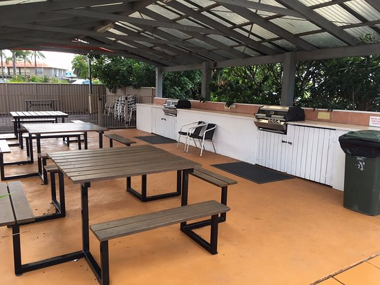 Tuncurry Beach Motel: BBQ area with room for all
