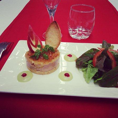 Matignon, Франция: Tatin de pomme et fois gras, vinaigrette de Granny Smith et mesclum de jeunes pousses