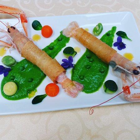 Matignon, France: Grosses langoustines de nos côtes, carapaces croustillante, mer d'emeraude et perles de légumes