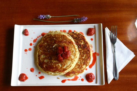 Limuru, Kenya: breakfast served all day at muna tree cafe and we had this sumptuous pancakes with strawberries