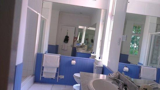 """Essenwood House: Bad zum """"hellblauem Zimmer"""" (room 1)"""
