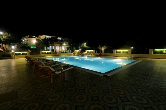 Le Madhulika Maharana Resort & Spa: Night Pool