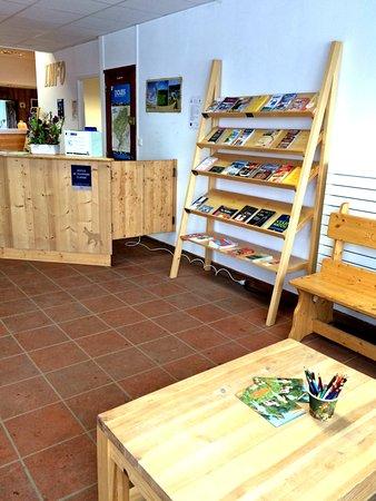 Office de Tourisme de Metabief: Documentation touristique à disposition, espace de lecture