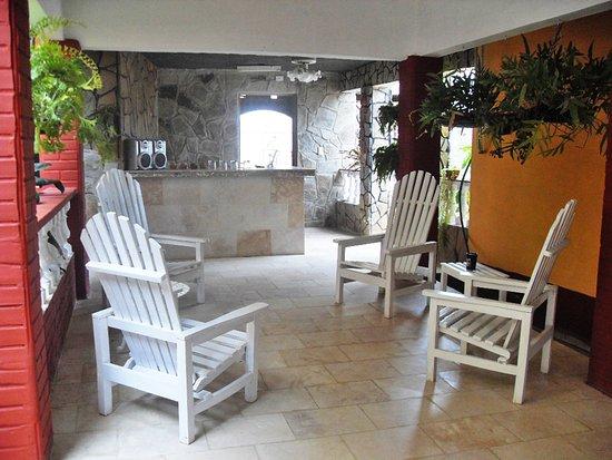 Trinidad de Cuba: Aqui se ve la terraza y el bar al final.