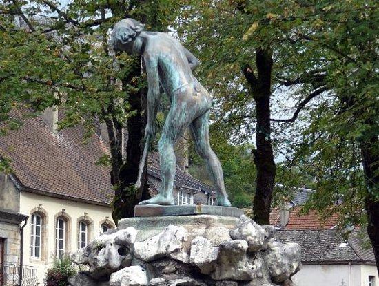 Ornans, ฝรั่งเศส: Statue du pêcheur de Chavots par Gustave Courbet