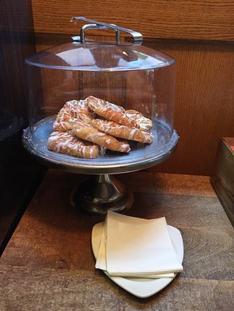 Hotel Indigo Nashville: COMPLIMENTARY PASTRIES,FRUIT AND COFFEE BY RECEPTION EVERY MORNING