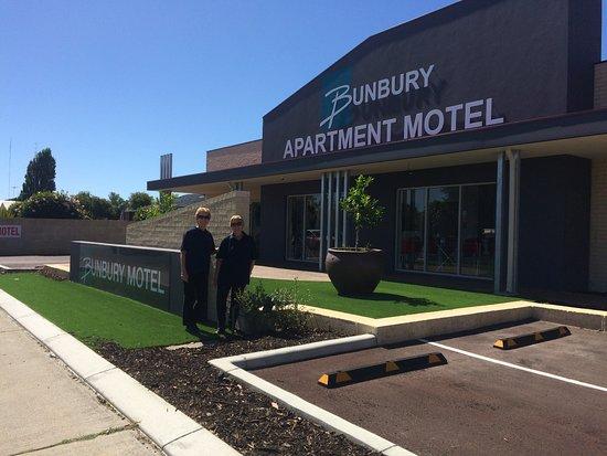 Bunbury Apartment Motel: Street front of hotel