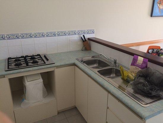Bunbury Apartment Motel: Good size kitchen.
