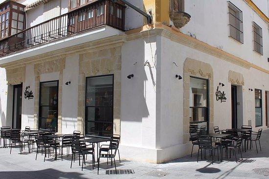 El Cafetin: Café-bar tradicional del Puerto, inaugurado en 1941, ahora reformado.