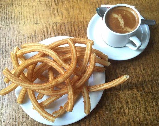 El Cafetin: Desayuno típico: café o chocolate con churros