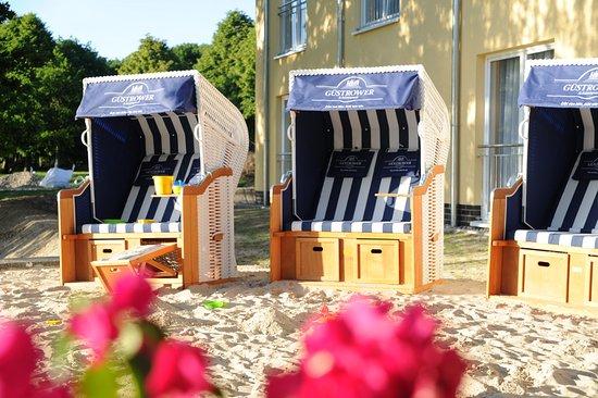 "Restaurant ""Strandhaus am Inselsee"": Strandkörbe direkt am Strand"