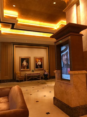 Emirates Palace: 很棒的設計,服務態度好,食物佳