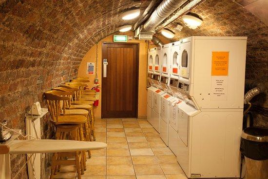 Isaacs Hostel: laundry room