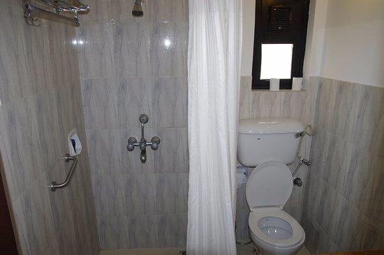 Phoenix Park Inn Resort: Ancient bathroom