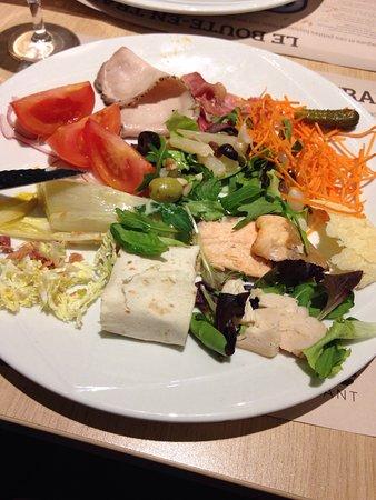 Crocodile Restaurant: Buffet d'entrées et ravioles au fromage italien