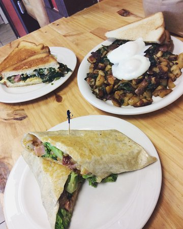 Brewerton, Estado de Nueva York: Greens eggs and ham sandwich, Large Green Hash with poached, and an Arnold Breakfast wrap