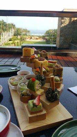 The St. Regis Sanya Yalong Bay Resort: бесплатный десерт к чаю каждый день