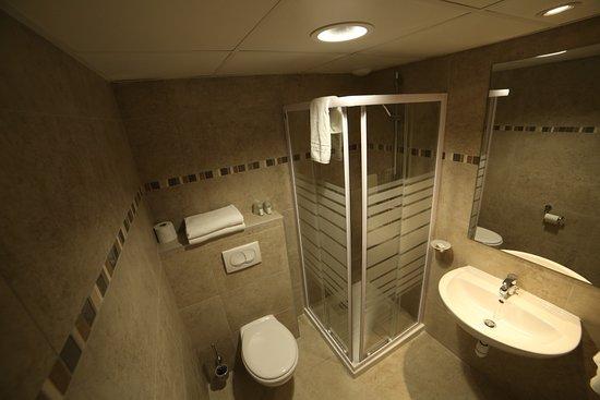 Hotel les Pielettes: salle de bain chambre classique