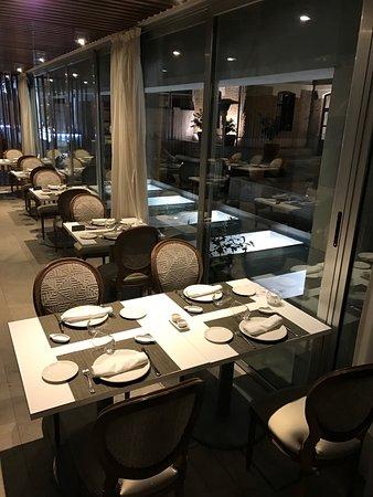 Los Patos: Hell. modern, gemütlich: das Restaurant.