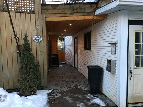 North Hatley, Canada: Pub Entrance vs Main Restaurant entrance