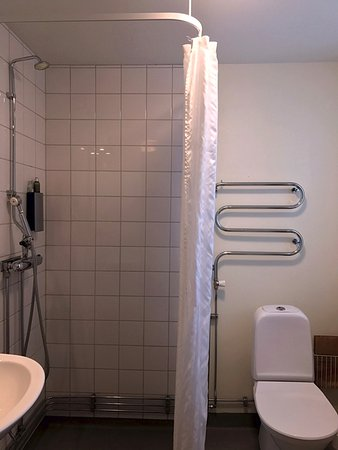 STF Abisko Turiststation: attached bathroom in twin bedded room