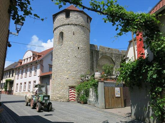 Floersheim-Dalsheim, Germany: Obertor-Gasse mit Obertorturm