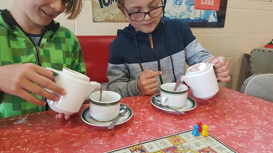 Turangi, Nieuw-Zeeland: Pouring the hot chocolate!