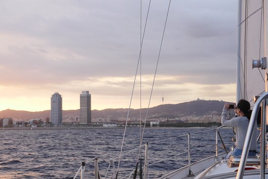 Sailing Barcelona: taking pictures of Bcn skyline