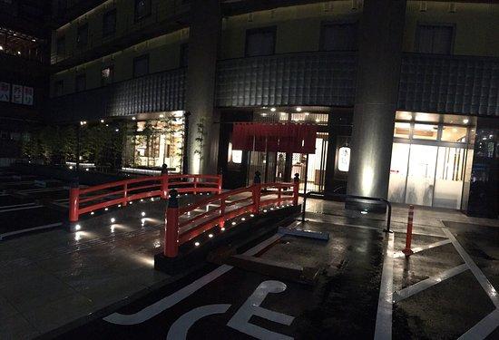 The Bridge Hotel Shinsaibashi: 是一個對旅客非常友善而且暖心的飯店 房間雖然不大 但是設備和日用品非常齊全 而且日用品的品質非常好 例如吹風機是Panasonic負離子吹風機 資生堂保養品 如果妳是出門需要帶很多東西的女生