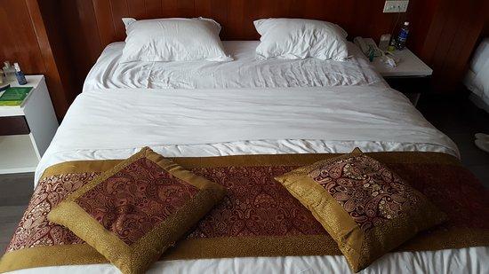 Golden Rain 2 Hotel: кровать