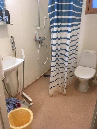Motel Willis West: Kylpyhuoneen muoviseinät repsottaa ja tilat ollakseen tarkoitettu neljälle hengelle todella pien