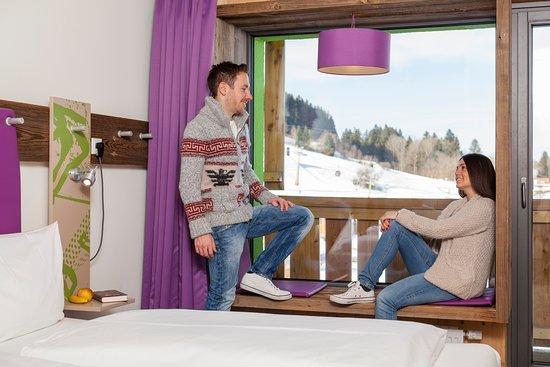 Explorer Hotel Berchtesgaden: Große Panoramafenster mit Sitzbank