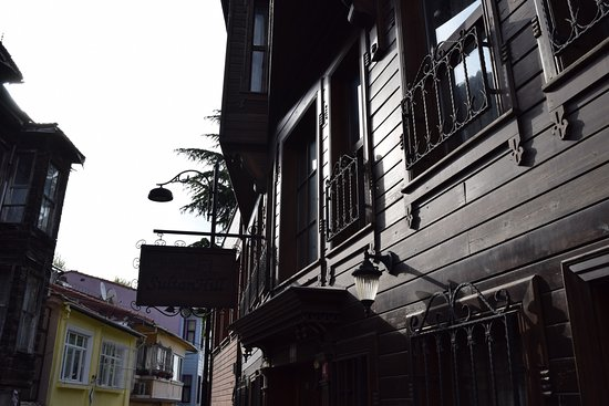 Hotel Sultan Hill: Beautiful wooden exterior of hotel