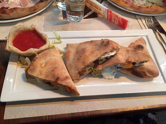 Pizzeria Capri: La famosa pizza con le verdure e la salsa fredda